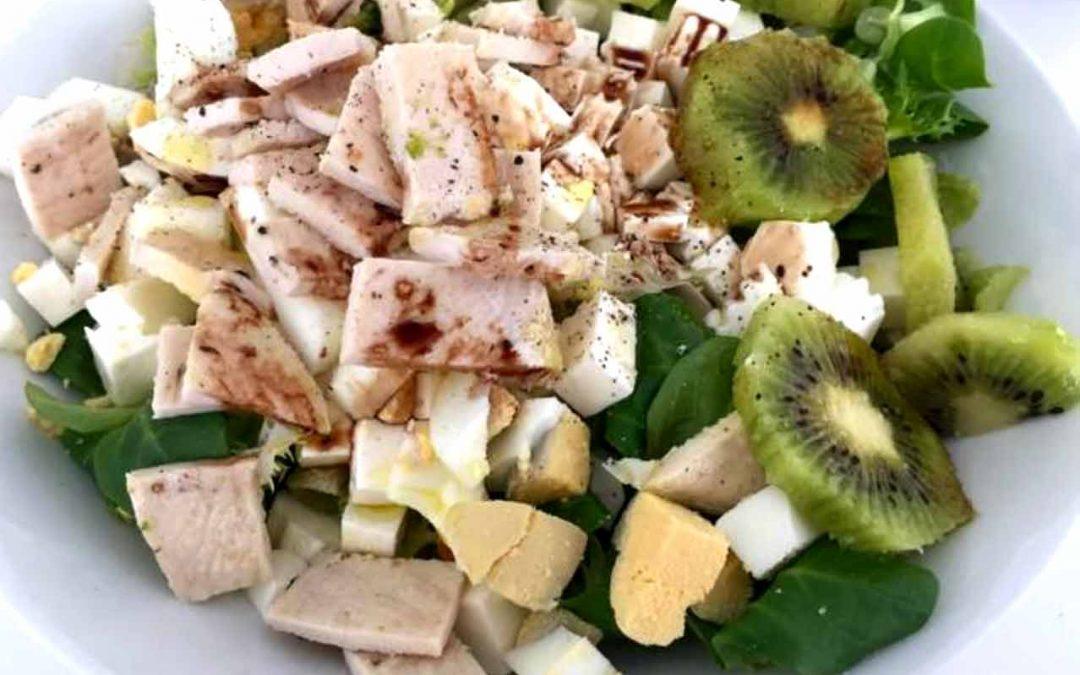 Ensalada con pechugas de pollo y kiwi