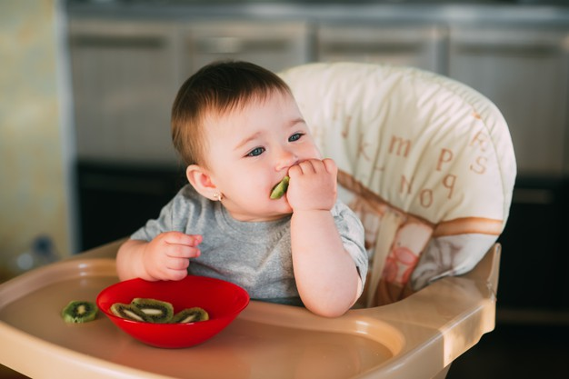 Bebés y kiwi, una buena combinación